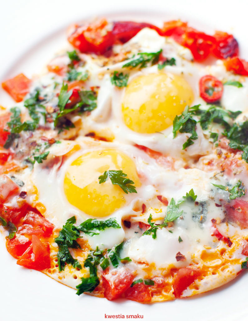 Jajka sadzone na pomidorach