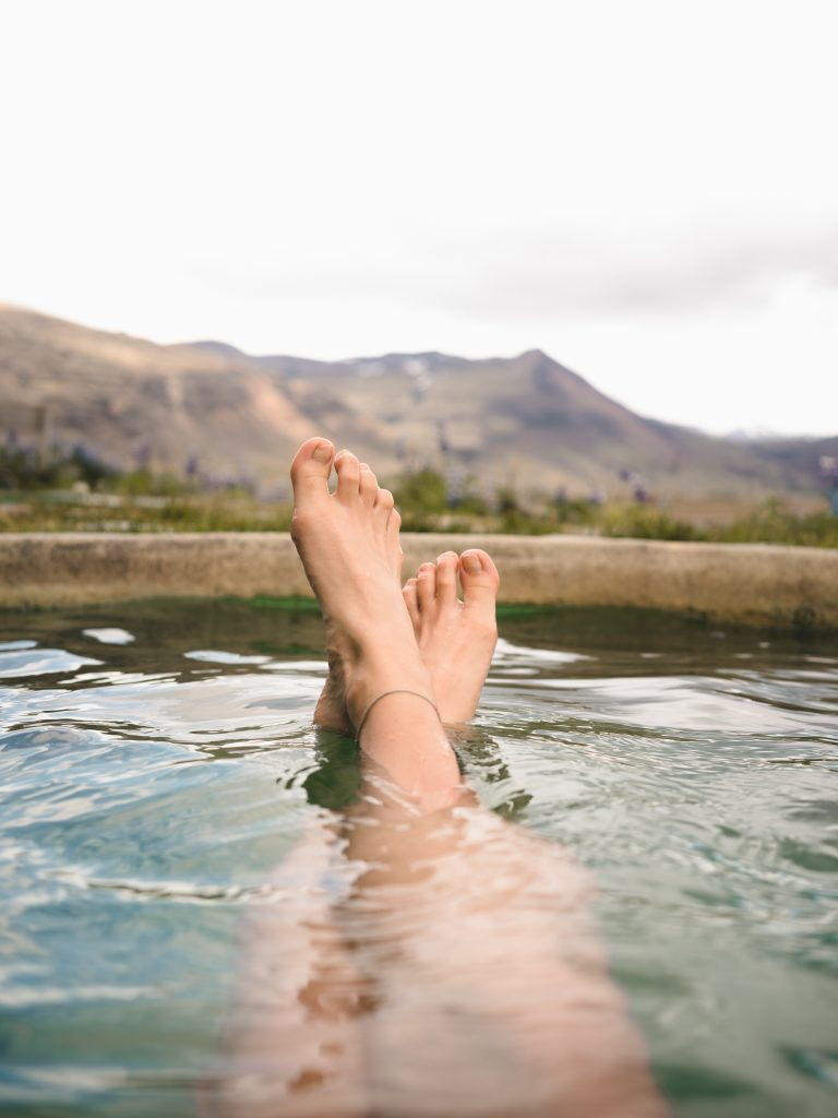 Zatrzymywanie wody w organizmie – skąd się bierze i jak sobie z nim radzić?